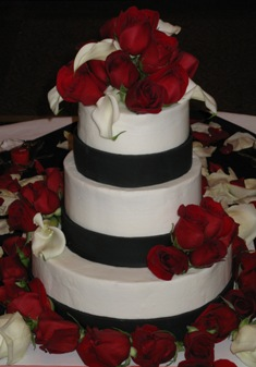 Buttercream w/Black Fondant Ribbon & Fresh Florals  010