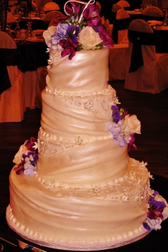Fondant Wrap with Sugar Blossom detail & fresh floral 029 2